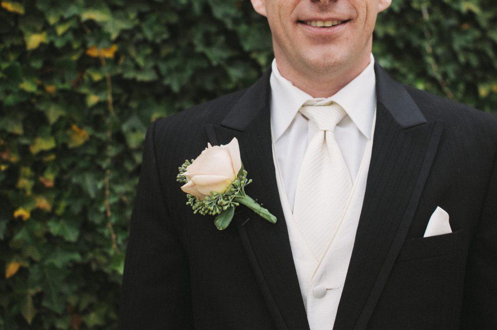 f92b74f7800fe 結婚式に呼ばれたゲストの男性として恥をかかないように、知っておきたい色選びのマナーを紹介しましょう。