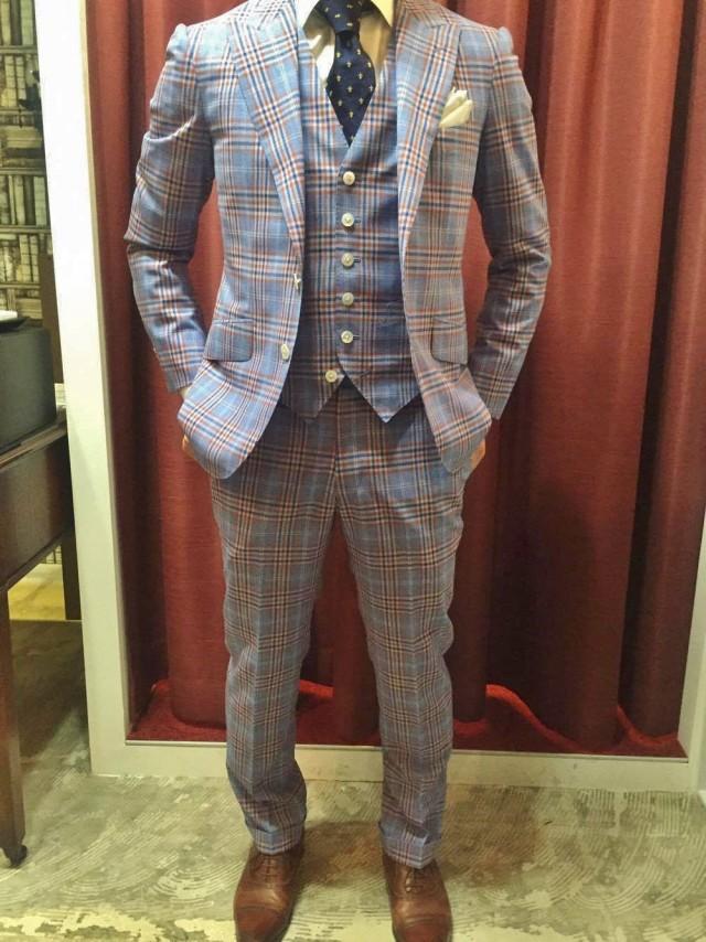 b18287db28f82 2.せっかくの成人式なので、華やかで個性的な色柄のスーツを選ぶ
